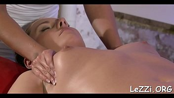 divine xvideo kelly Chabine joue avec sa chatte humide